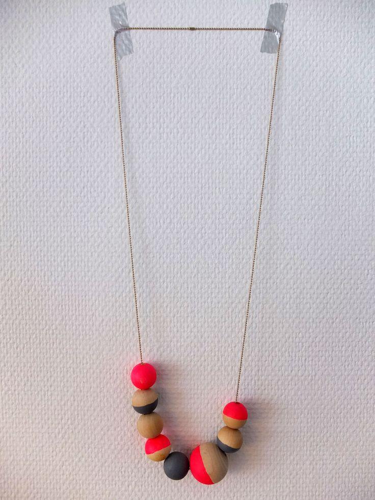 Gabulle in wonderland: DIY : 10 colliers à réaliser soi-même. Un collier pep's en perles en bois fluo (tuto)