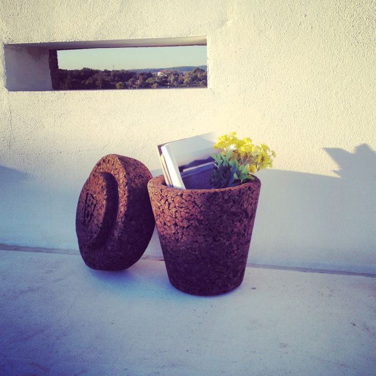 POT plant in top. Stool and storage by varas verdes.