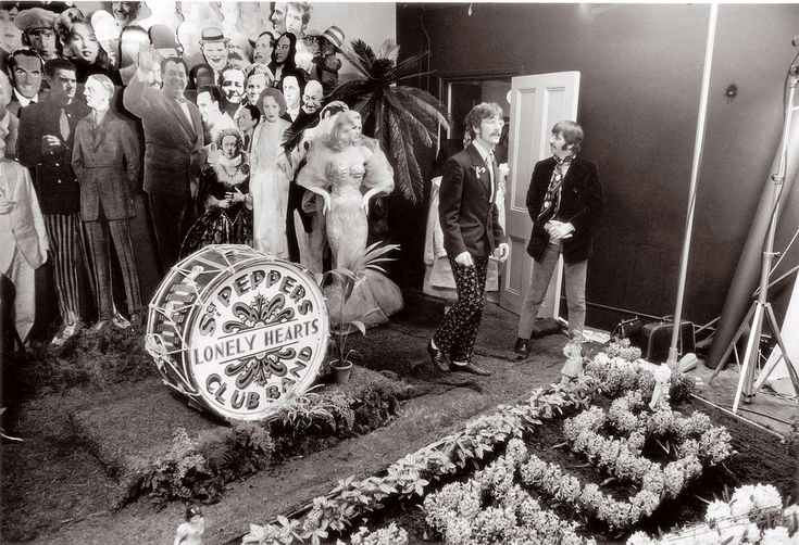 The Beatles Making The Cover For Sgt Pepper's Lonely Hearts Club Band 30th March 1967. [1029x703]