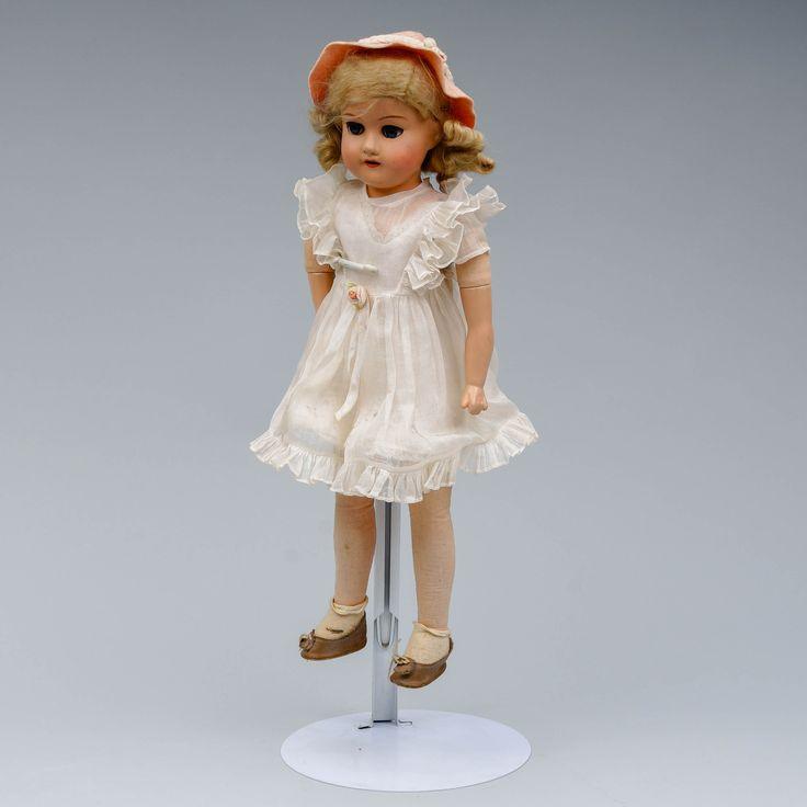 Martta-nukke, k 49 cm, kädet keramiikkaa.