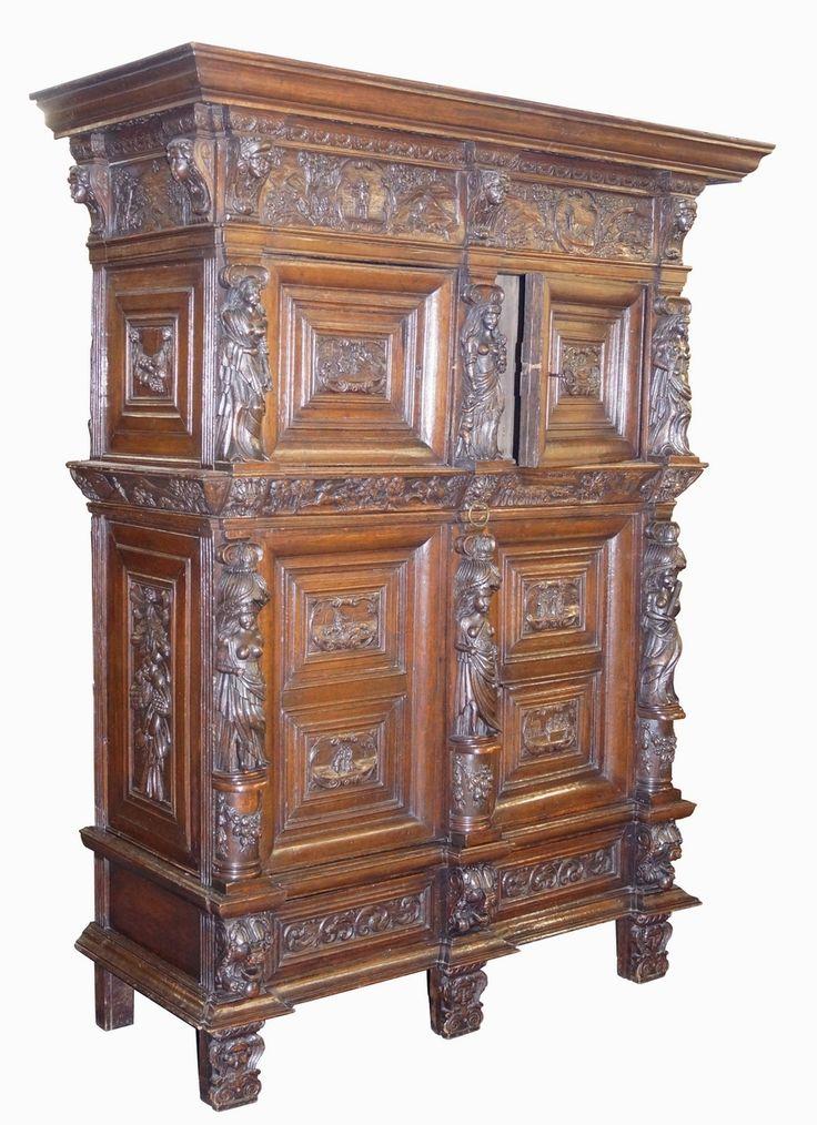 Een rijk gestoken eikenhouten 4-deurs beeldenkast, deuren geflankeerd door vrouwfiguren, fries voorzien van koppen waartussen gestoken jachtscènes, deurpanelen met jacht- en interieurscènes, zijpanelen met festoenen, Holland 17e eeuws en later