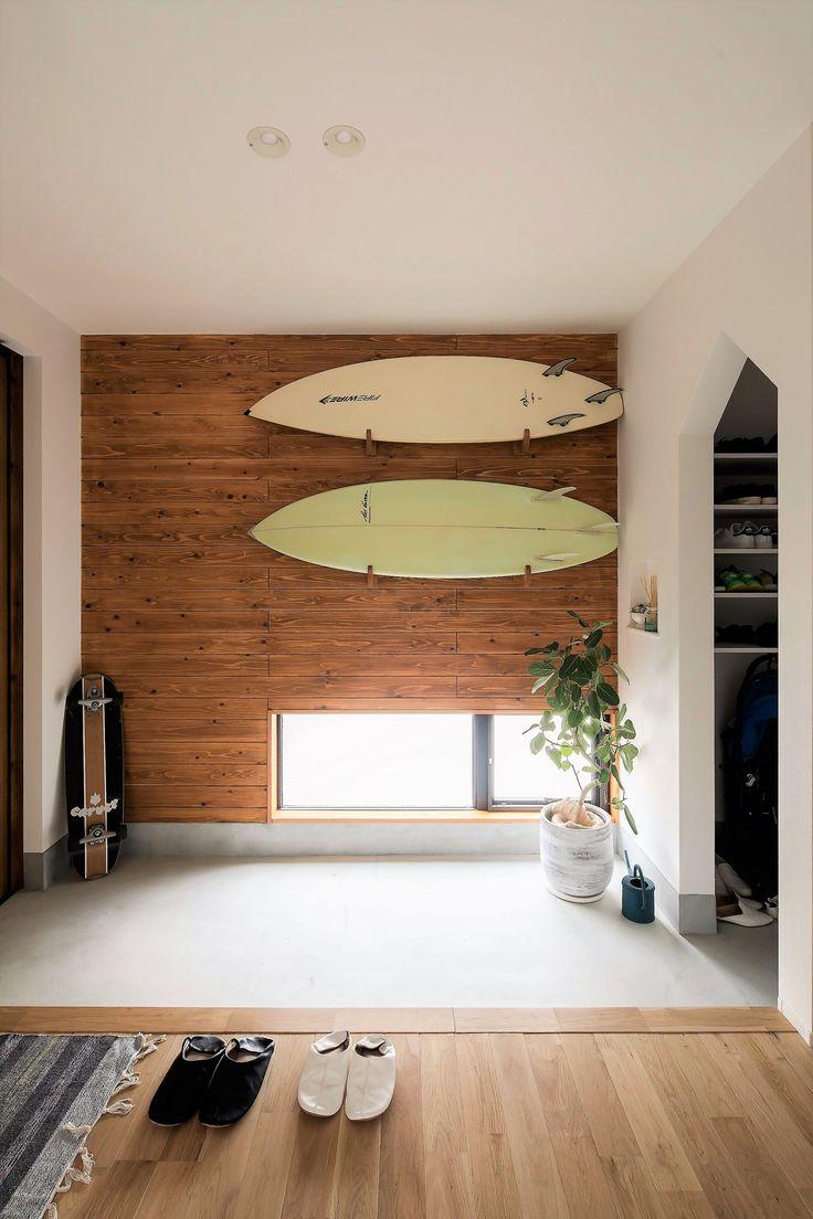 杉羽目板をアクセントに、ご主人の大好きなサーフボードが映える玄関。小窓からは足元を照らす光を取り込んで。家型アーケードの奥にシューズクロークを設えました。  #ルポハウス #設計士とつくる家 #注文住宅 #デザインハウス #自由設計 #マイホーム #家づくり #施工事例 #滋賀 #おしゃれ #玄関 #ディスプレイ #サーフボード #窓 #アーケード #シューズクローク