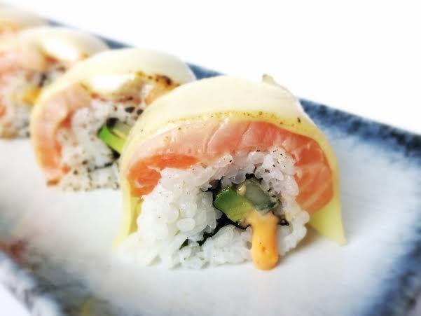 sushi met zalm en gesmolten kaas