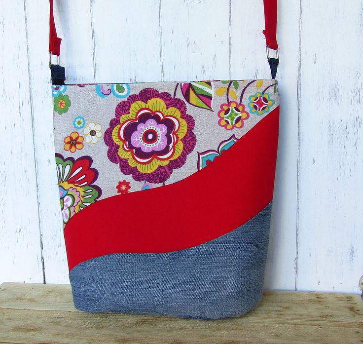 Nagyméretű virágmintás táska, erős vászon anyag és farmer. Ovális az alja. Belül 6 zseb