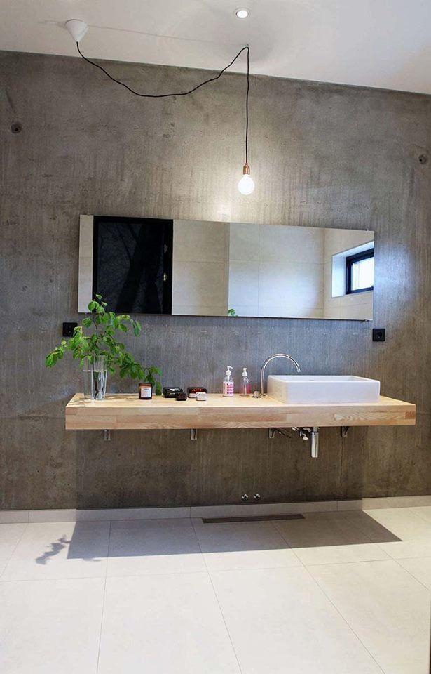 Salle de bain moderne avec vasque sur un plateau en bois suspendu