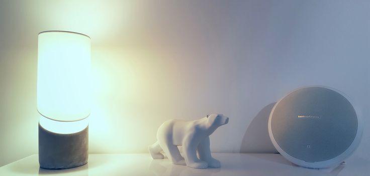 Lampe avec pied en béton aux côtés de l'Ours blanc de Pompon et d'une enceinte Harman / Kardon.