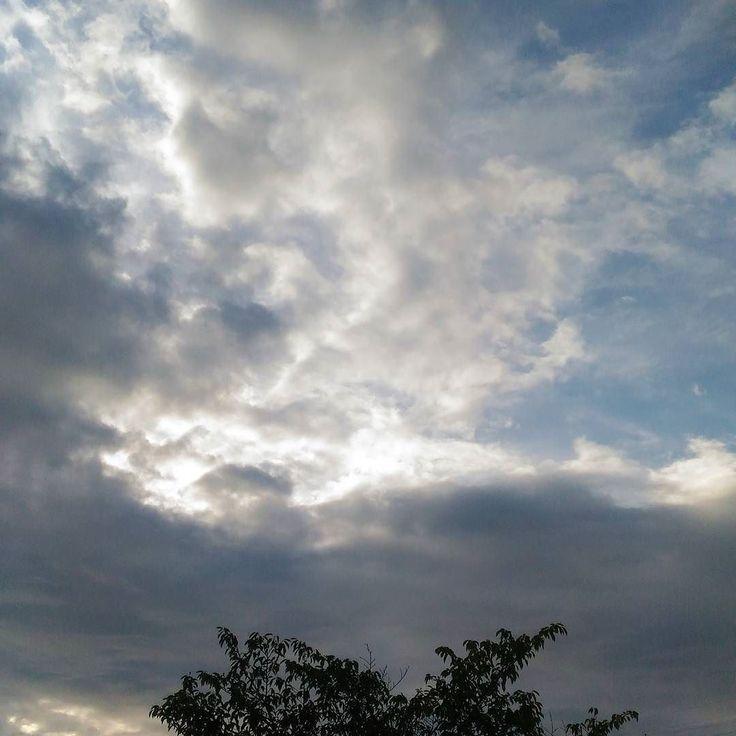 おはようございます雲の多い金曜日の朝もうひとがんばりです今日は飲み会練習長い日です #sky #cloud #空 #雲 #イマソラ #goodmorning #おはよう