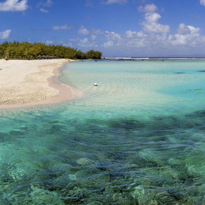 Du träumst von weißen Puderzuckerstränden und türkisblauem Wasser? Dann bist du auf Mauritius genau richtig. Pack schnell deine Badesachen ein …