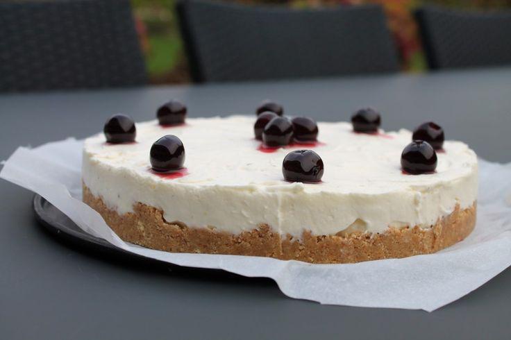 Jeg har fundet mig endnu en favorit kage… CHEESECAKE! Her i en super lækker og nem version med kirsebær på toppen. Jeg har aldrig før bagt en selv (bortset fra denne look-a-like i glas) og faktisk kun smagt det én gang - det har klart været en fejltagelse, for åh hvor smager det bare godt.