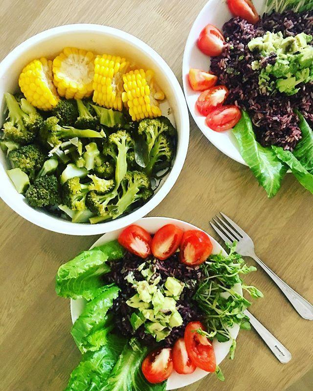 Simple pleasures 💚 Brown rice with avo, tomatoes, steamed broccoli, kale, asparagus and corn 🌽🌳 #affamilyrecipe Простые радости 💚 Коричневый рис с авокадо, томатами, брокколи, кейлом, спаржей и кукурузой на пару 🌽🌳#affamilykitchen  Yummery - best recipes. Follow Us! #veganfoodporn