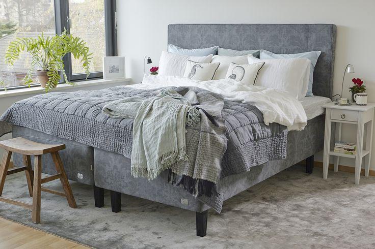 Store | Englesson - Möbler i klassisk elegant stil med vackra detaljer Med Englesson sängar kan du alltid känna dig trygg i ditt val av sovkomfort. I över 50 år har familjeföretaget Englesson i Djursholm tillverkat svenskdesignade möbler kända för sin höga kvalitet. Varje säng och bäddmadrass byggs för hand i deras egen möbelfabrik, med komponenter av högsta kvalitet. Sängarna är robusta, hållbara, praktiska och lättskötta, gjorda av naturmaterial.