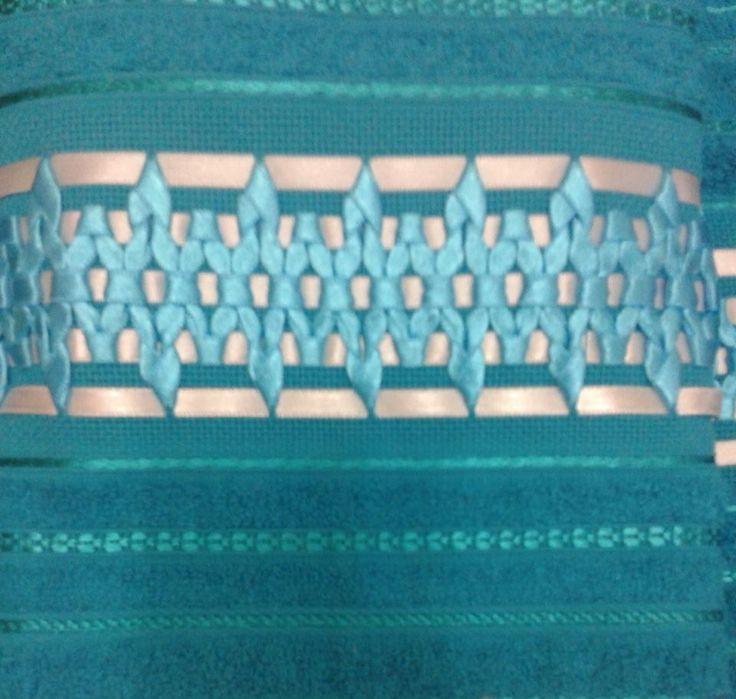 Jogo de Toalhas Bordadas com Fita de Cetim  1 Toalha de Banho na cor Jade (Variação cor azul)  70 x 140 cm  1 Toalha de Rosto na cor Jade (Variação cor azul)  50 x 80 cm  *Outras cores sob consulta
