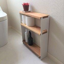 ★ご覧いただき有難うございます。 アイアン加工には機械を使いますが、職人による手作業になります。木材の加工や組み立てなどもハンドメイドになり一つ一つ木目の違う商品に仕上がります。トイレの小物をおしゃれにレイアウトできます。もちろんお部屋での使用も良いと思います。 (商品には写真の小物は含まれません)★永くお使い頂けるようにアイアンの塗装を見直しました。 最近はアイアンの無骨な質感を出すために無塗装や簡易的なクリアスプレー塗装が多いですが、錆びや傷が付きやすくお手入れが大変です。 末永くお使い頂けるようにこの製品のアイアンには下塗りに【カチオン電着塗装】仕上げに上塗りで【焼付塗装】を施しました。艶消しブラックで厚めのアイアンが更に高級感を増します。★棚板は杉無垢材をオイルフィニッシュで処理してあります。アレルギー対応の自然塗料を使用していますので安全です。木目も美しく、経年変化を楽しめます。 撥水性のあるオイルフィニッシュで仕上げていますので多少の水は弾きます。…