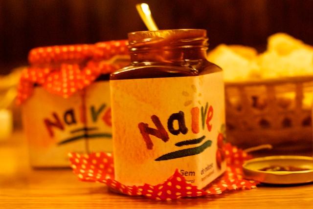 Gemul de măceşe din Fructe Naive îi tentează pe invitaţi să guste cu poftă.