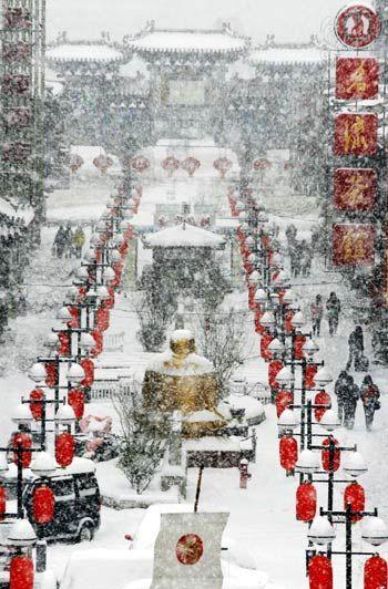 大雪紛飛下的天津古文化街,透著濃濃的北方風情,年的腳步近了 ...... Ancient Cultural Street (古文化街), Tianjin, China B E A UTIFUL. I'm going in the summer so I'll miss out on that pretty snow :(