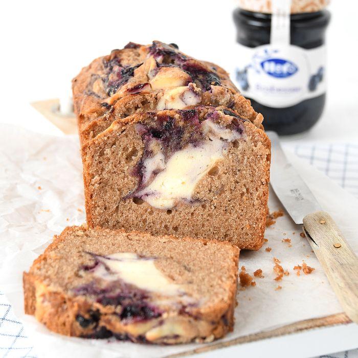 Al tijden stond op mijn baklijstje een cake met cheesecake swirl, ik moest eigenlijk alleen nog maar de smaken bepalen. Dat kan nog best ingewikkeld zijn als je veel inspiratie hebt trouwens. Uiteindelijk kon ik mede dankzij Hero de knoop snel doorhakken. Al bijna 2 jaar mag ik voor hen heerlijke recepten ontwikkelen en dit …