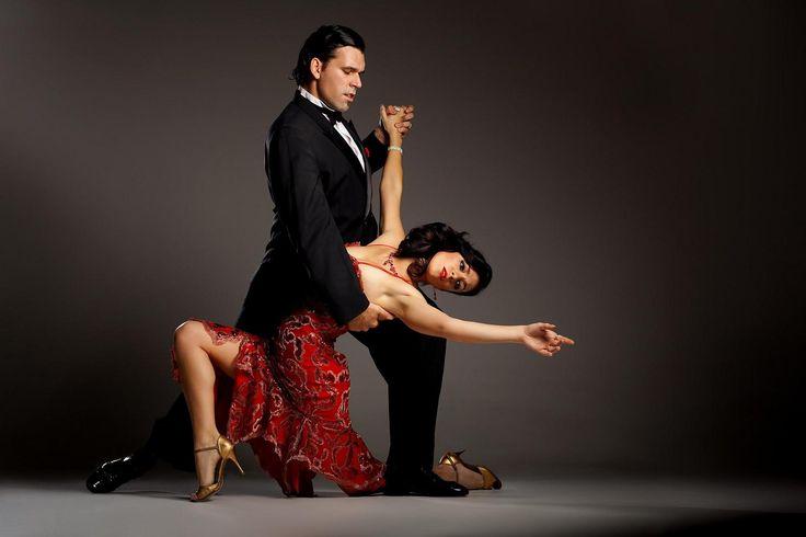Tango je zbog svog erotičnog karaktera godinama bio zabranjen. Danas, melanholična melodija tanga odzvanja širom Argentine, a tango se pleše u svim noćnim klubovima. #tango #travelboutique #argentina #travelgram #traveladdict