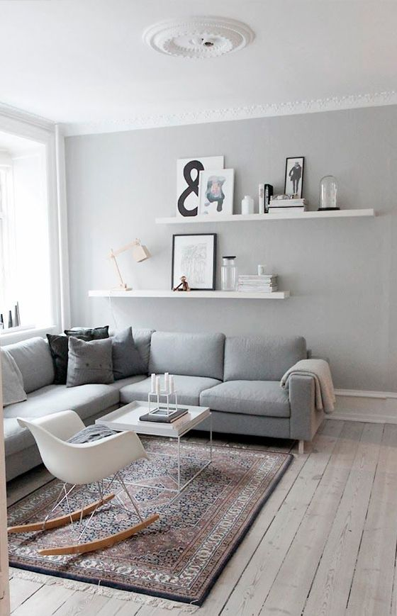 Muuto design | Jiménez De Nalda / Salón con paredes grises y cuadros en estanterías