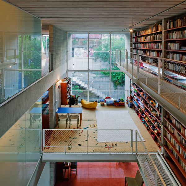 house In Sao Paulo, absolutely rocking kids play area including dedicated area of shelves. Via archdaily.com