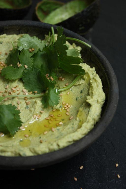 Humus met avocado en koriander