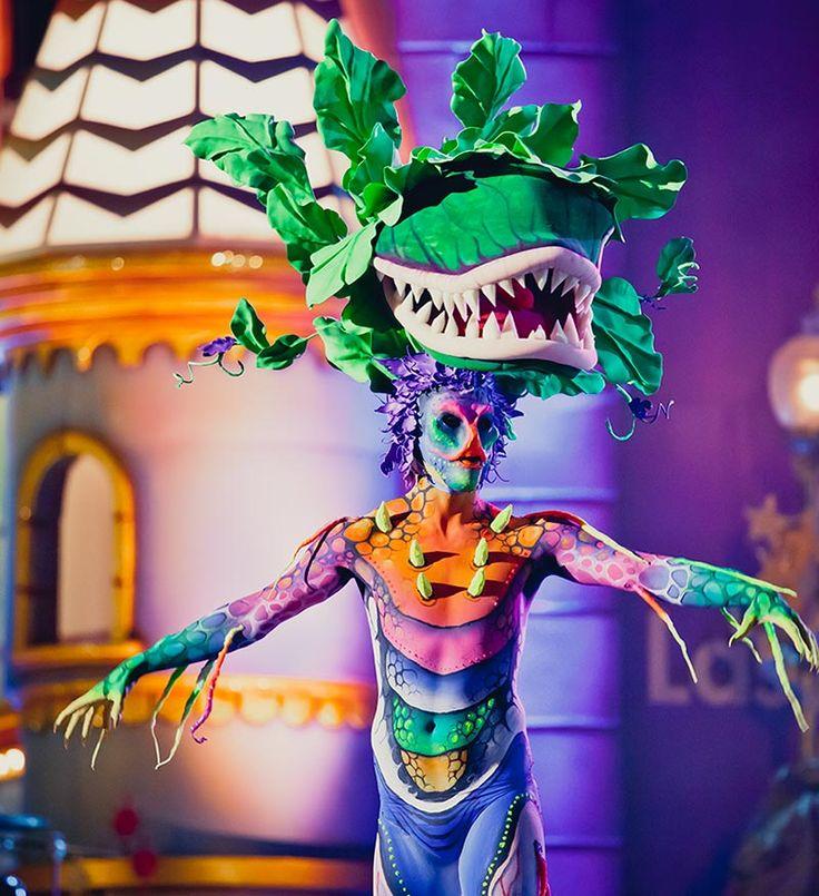 CARNAVAL DE ISLAS CANARIAS  Otro de los motivos de peso por los que este archipiélago es mundialmente famoso es por su Carnaval. Los de Santa Cruz de Tenerife y Las Palmas de Gran Canaria son los más espectaculares y vistosos, con la elección de la Reina del Carnaval y cabalgatas acompañadas de comparsas y murgas y drags queens. Toda una fiesta de color y diversión.