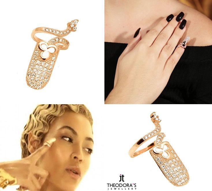 To δαχτυλίδι νυχιού που λάνσαρε η Beyonce και έχει γίνει η νέα τάση της μόδας είναι επιτέλους εδώ! Το δαχτυλίδι φοριέται στο νύχι και, εκτός από ένα μοδάτο κόσμημα, αποτελεί και μια πολύ έξυπνη λύση για να καλυφθεί άμεσα ένα χαλασμένο μανικιούρ! Είναι φτιαγμένο από ροζ επιχρυσωμένο ασήμι 925ο με λευκά ζιργκόν. Μήκος δαχτυλιδιού:27mm Τιμή 23€