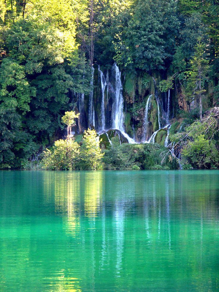 nationaal park Plitvicka Jezera, staat op de werelderfgoedlijst van de Unesco. In dit nationaal park zijn 16 meren en ca. 90 watervallen op een relatief klein oppervlak.