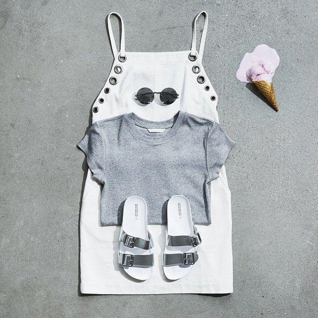 Мороженое день сегодня?  Пойдите для футуризма в белом платье в паре с серой ребра сверху, серебряные сандалии и зеркальные очки!  #HMLooks