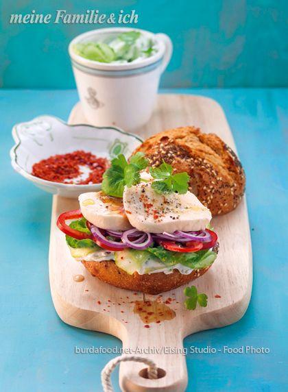 Dieser leckere Burger mit aromatisch mariniertem Mozzarella ist ideal für heiße Tage und schmeckt auch Kindern. Rezept: http://www.meine-familie-und-ich.de/rezepte/mozzarella-burger-mit-zaziki