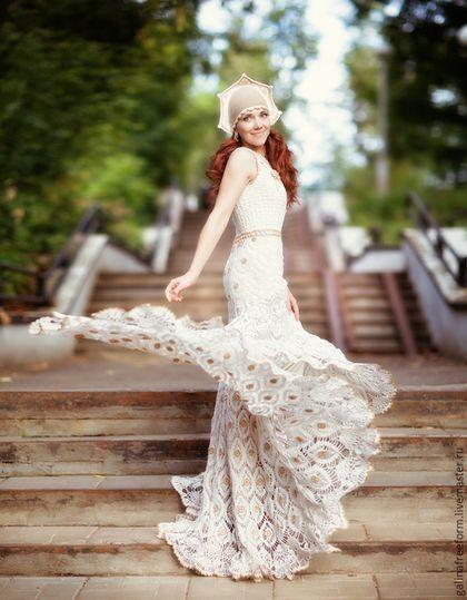 Роскошное вязаное свадебное платье «Пава» — работа дня на Ярмарке Мастеров. Магазин мастера: galinafreeform.livemaster.ru #handmade #craft #crochet #wedding #dress