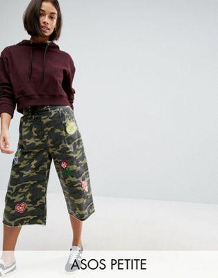 Широкие камуфляжные брюки со шнуровкой и нашивками ASOS PETITE