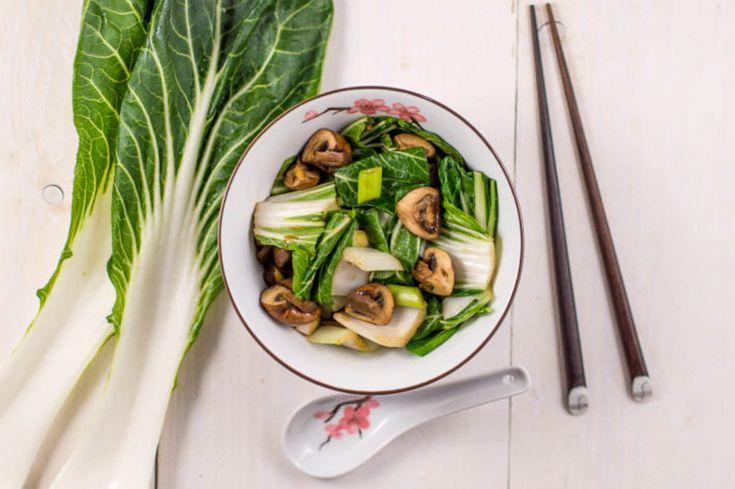 Dit gerecht met paksoi en champignons in oestersaus is heerlijk als bijgerecht bij een Chinees of Indonesisch vleesgerecht.
