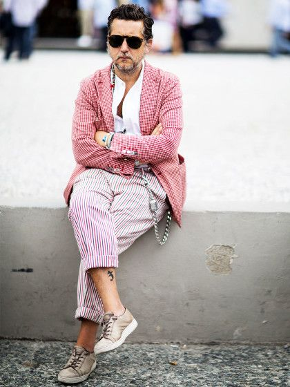 2. Vichy-Karo steht nicht nur Frauen und TischdeckenDieser Mann trägt zu seinem Jackett im klassischen rot-weißen Vichy-Karo ein weißes Hemd und – Achtung!– eine gestreifte Hose. Mit Mustermix müsst ihr eurem Freund erst gar nicht kommen, das wäre wohlzuviel des Guten (und kann bei Mode-Einsteigern extrem nach hinten losgehen). Der Look auf dem Foto würde aber auch mit einer verwaschenen, destroyed Jeansgutaussehen. Um dem Look n...