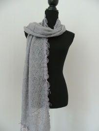 Grijze sjaal met kanten randje