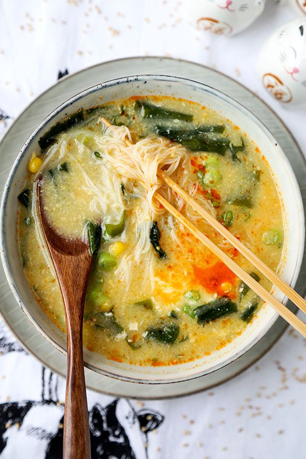 Wakame & Vermicelli Soup - This is a comforting, low caloric wakame and vermicelli soup that's perfect for those looking for healthier snack options! Ready in 10 minutes from start to finish. Recipe, soup, Japanese, healthy, snack, seaweed | pickledplum.com