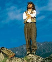 Reinhold Messner, alpinista del Tirol meridional, coronó en 1978 el Everest sin oxígeno adicional. En 1980 volvió para hacerlo, esta vez en solitario. Esta leyenda del alpinismo lamenta la situación actual de deterioro que vive la montaña