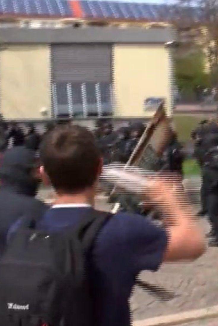 Demonstration am 1. Mai in Plauen: Mann schlägt Frau mit Stangenschlag ins Gesicht nieder