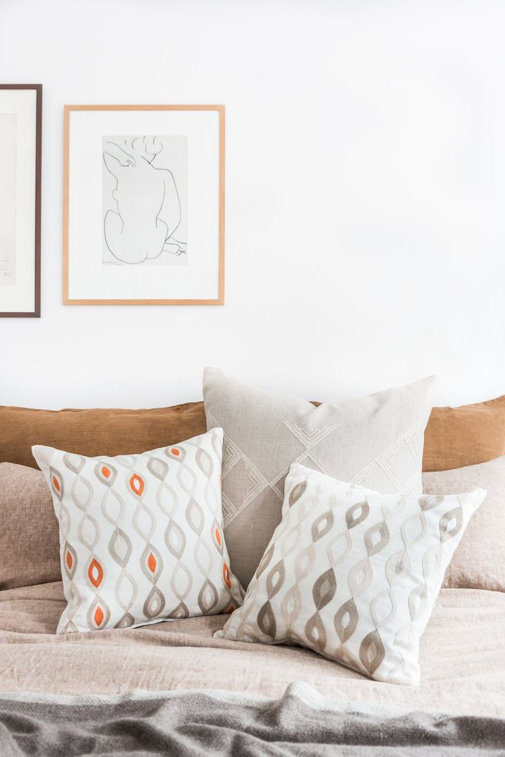 Hand embroidered linen throw pillows add color and texture to the bedroom / Leinen Kissen für Farbe im Schlafwimmer / more on / mehr auf ARTHA Collections #artha #bedroomdecor #throwpillows #linenpillows #bedroomstyling #cozy #homestyling #handembroidered #schlafzimmerdeko #kissen #leinenkissen