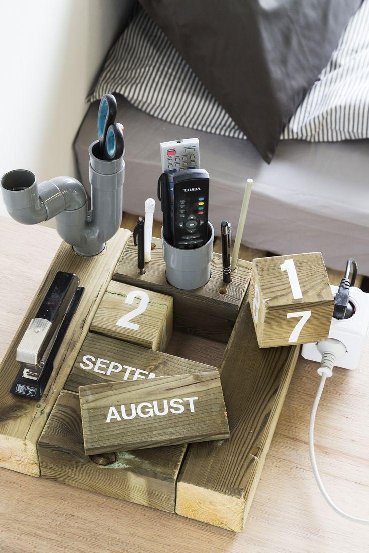 KARWEI | Maak eenvoudig je eigen kalender/pennenbak met een paar stukjes hout en een pvc buis. #karwei #wooninspiratie #studeerkamer