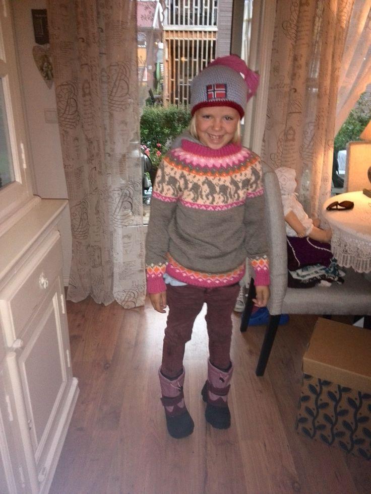 Stolt hestejente, med OL-lue og genser i fra mormor