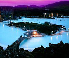 """""""O lugar tem o nome apropriado de Lagoa Azul. Ele fica na Islândia, e talvez por isso você nunca ouviu falar dele até agora. Trata-se de uma espécie de lagoa termal, que é aquecida por vulcões no âmago da Terra. A água é quentinha, em contraste com o frio bagaceiro ao redor. """""""