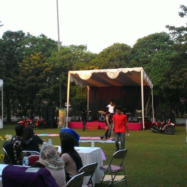 Kang Jaman on stage