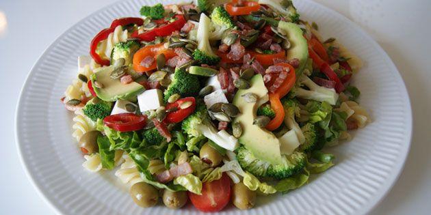 Pastasalat med broccoli og bacon