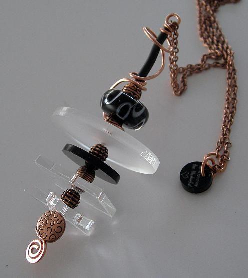 Hänge gjort av koppar, plexiglass, lampwork pärla och gummi. Hänger på en lång kedja i koppar. Pendant made of copper, plexiglass, lampwork bead and rubber. Comes on a long copper chain.