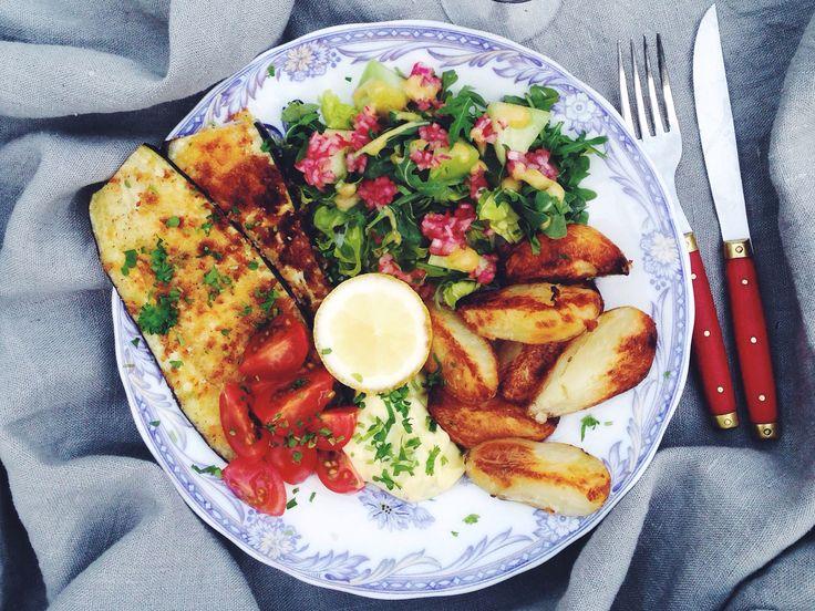 Steak aubergine med rostad potatis, snabb bearnaise och tomatsallad | Recept från Köket.se