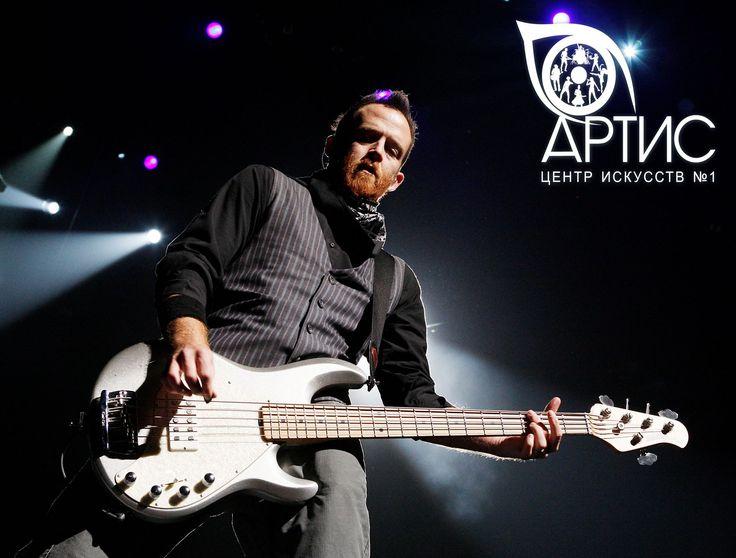 #Дэйв_Фаррелл - бас-гитарист #Linkin_Park. Дэйв один из основателей этого коллектива и помимо басиста, занимает роль бэк-вокалиста. Помимо этих талантов, он еще отдает свое предпочтение 4 и 5 струнным гитарам. В основном это марки #ErnieBallStingRay #Bass_Guitars, и #SWR_Amplifiers. Хотите стать как Дэйв? ЦЕНТР ИСКУССТВ №1 АРТИС ждет вас! http://www.artscenter1.com