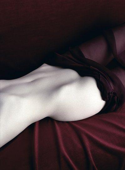 """legerete-leggerezza-dell-essere: """" * Tra l'anca e le costole, nel punto che è chiamato fianco: è là che è successo. In quel punto nascosto, molto tenero, che non copre né ossa né muscoli, ma organi..."""