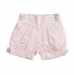 Shorts para Bebe Niña confeccionados en algodón 100%, en color rosado. Cintura con pretina elastizada en la parte de atrás y dos botoncitos a cada lado de la cintura. Dos bolsillos al frente.