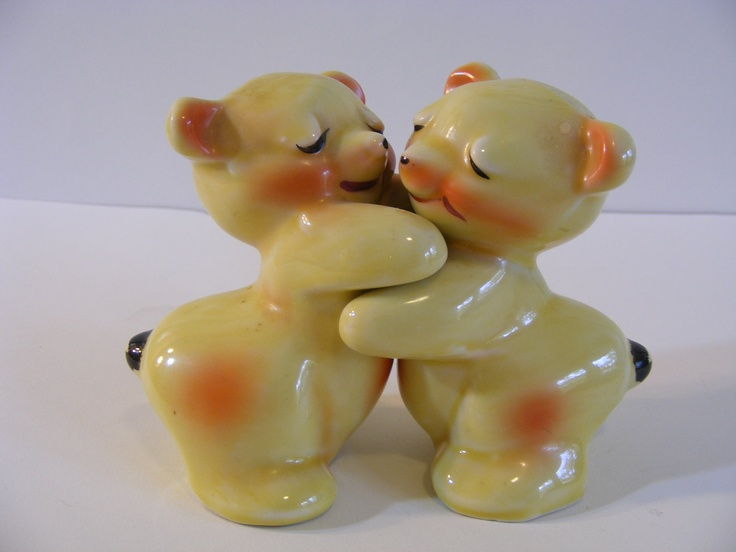 Bear hug shakers van tellingen salt and pepper - Hugging salt and pepper shakers ...