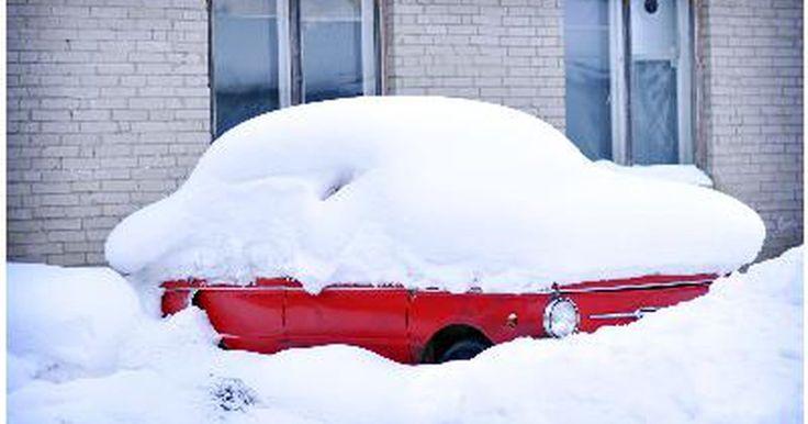 """Cómo funciona el sistema de calefacción de un auto. La calefacción de un auto consta de varias partes que funcionan en conjunto para generar calor en el interior del vehículo. La parte más importante es el núcleo, que es una especie de radiador. El núcleo """"captura"""" calor del motor y lo usa para calentar a los pasajeros. El núcleo y el ventilador, otra parte importante, transfieren el calor del ..."""